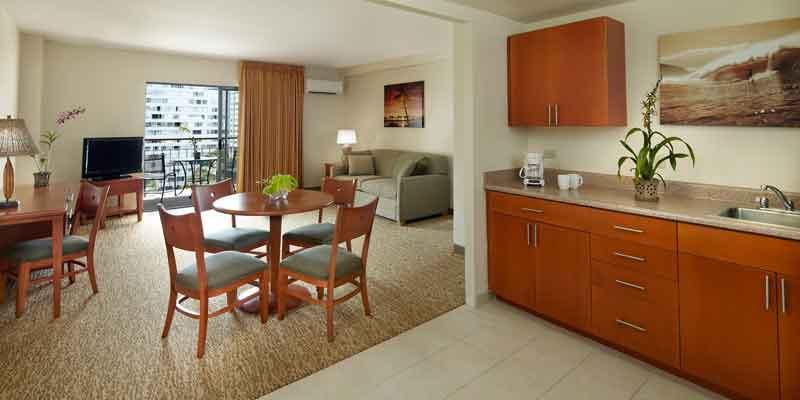 宽敞的起居室和厨房